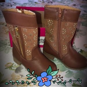 NWOT Adorable Boho Boots w/ Gold Glittery Flower